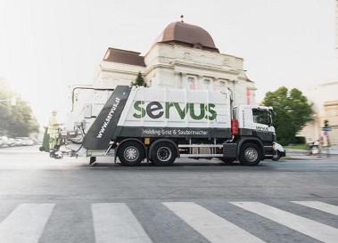 Ein Servus LKW auf den Straßen von Graz