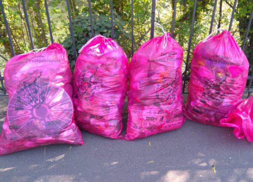 Volle Müllsäcke von der Muruferreinigung