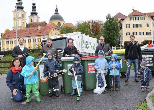 Team von SERVUS und Kinder vor der Basilika Graz-Mariatrost.