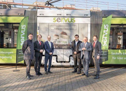 Mehrere Personen bei der Präsentation der Servus Straßenbahn in Graz