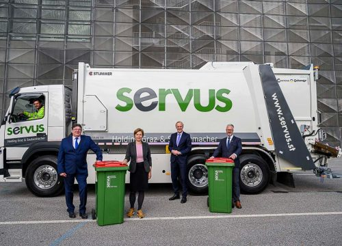 Frank Dicker, Judith Schwentner, Günther Riegler und Harald Posch vor dem getesteten SERVUS E-Müll LKW in Graz.
