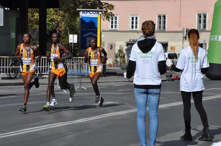 Servus Mitarbeiter beim Graz Marathon. Im Hintergrund Teilnehmer