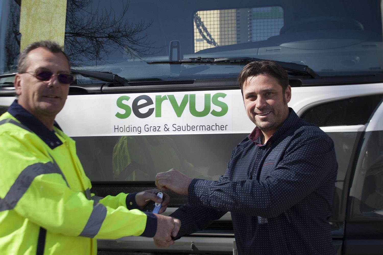 Servus Mitarbeiter vor neuem LKW