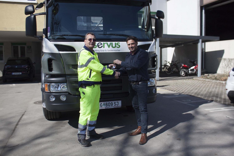Servus Mitarbeiter vor einem neuen Absetz-LKW