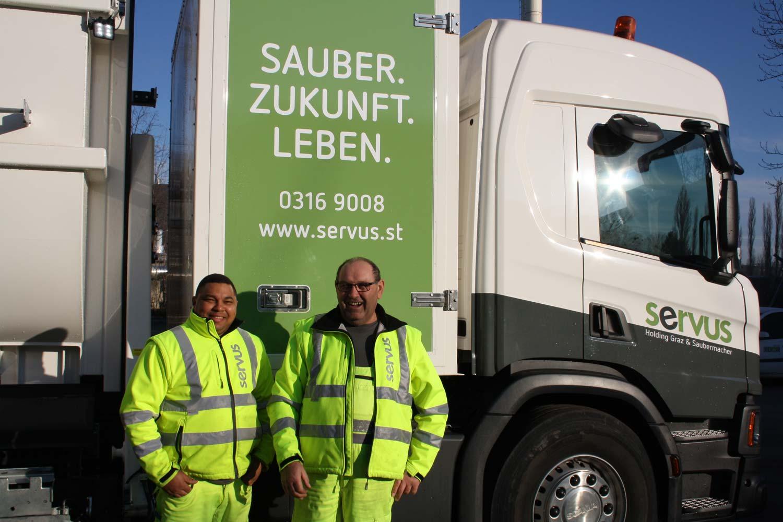 Der SERVUS Fahrer Stanislav Perko und der servus Lader Kelmis De Pena de las Rosa vor dem neuen LKW.
