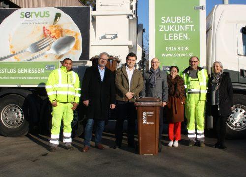 Das SERVUS Team bei der Fahrzeugpräsentation in der Seitenansicht.