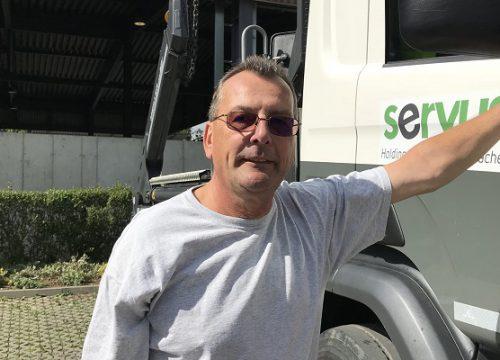Servus Fahrer Alfred Leitner vor seinem LKW